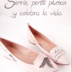 "Cubierta de ""Sonríe, ponte plumas y celebra la vida""."